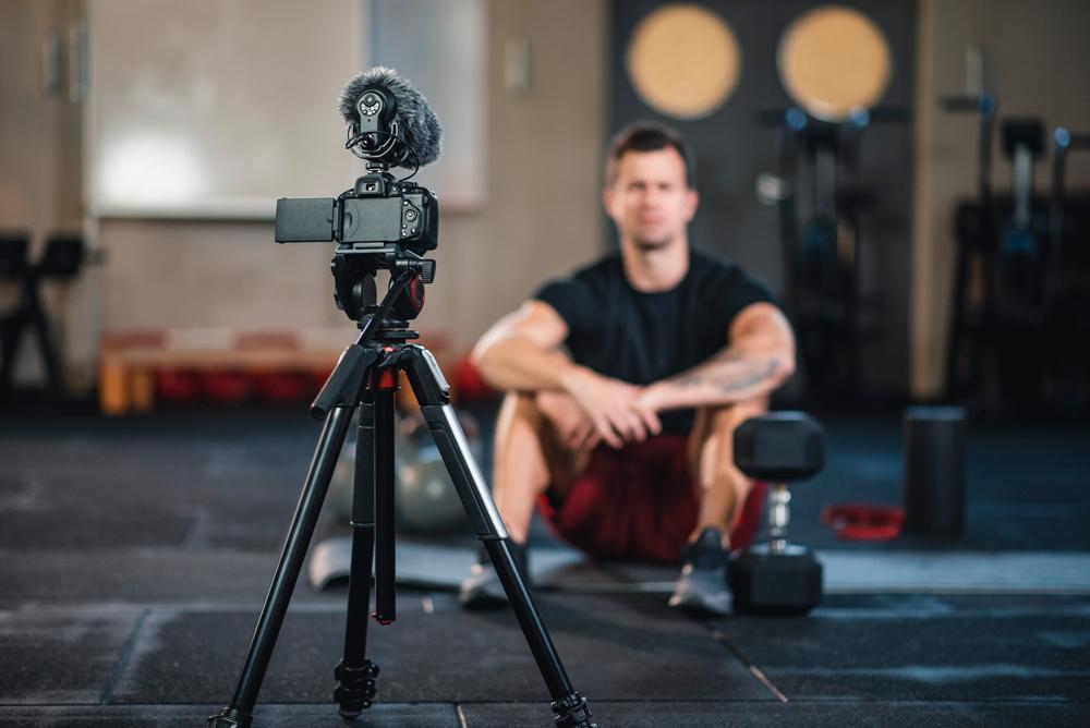Fitness Vlogger macht ein Video von sich selbst im Fitnessstudio