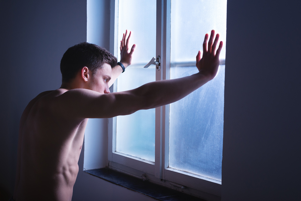 Trauriger Mann, Blick durch das Fenster