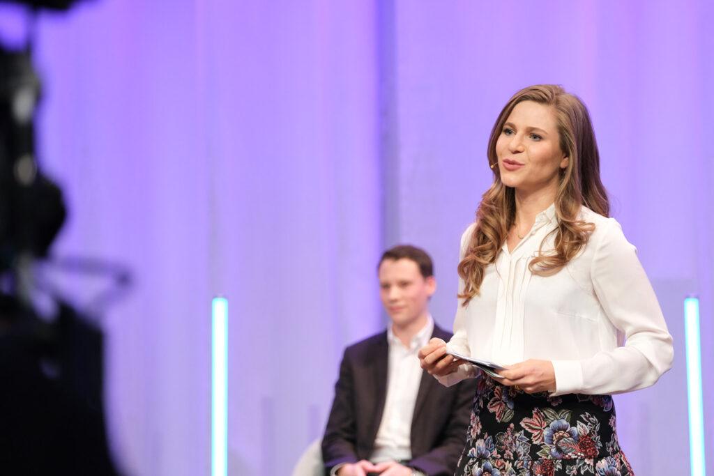 Sarah Andrina Schütz als Moderatorin an der expertSUISSE. Bild: zVg