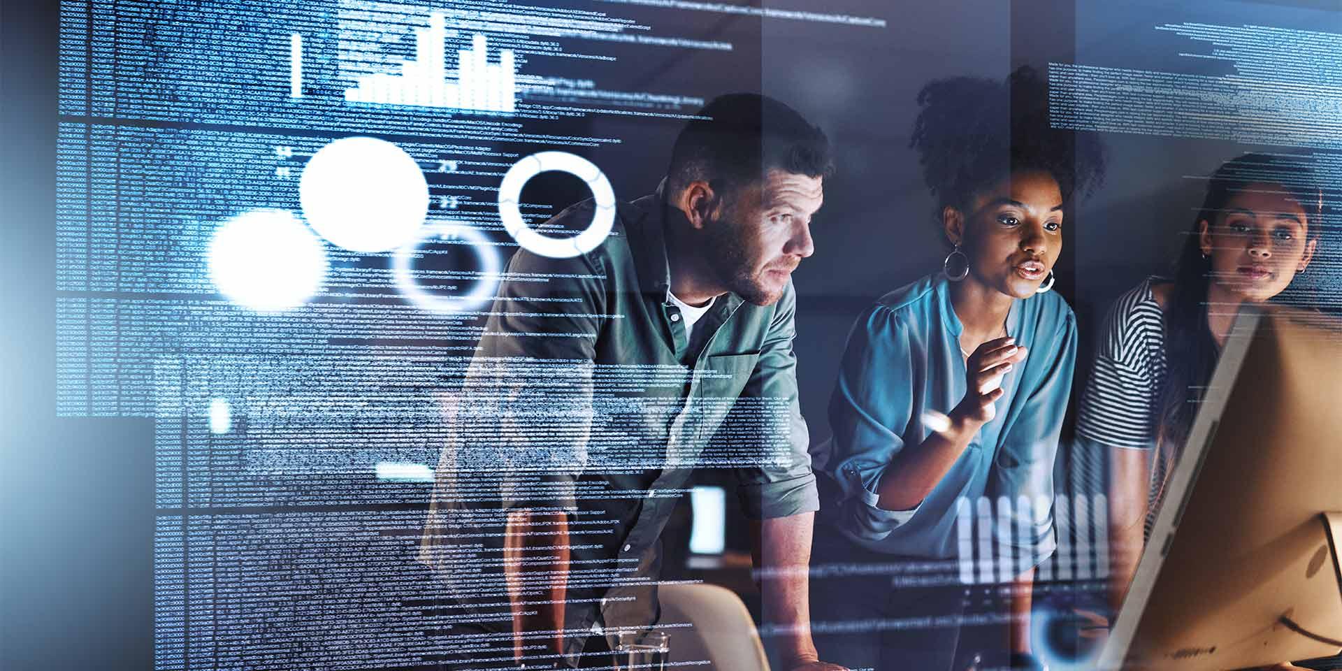 Programmierer arbeiten am Bildschirm
