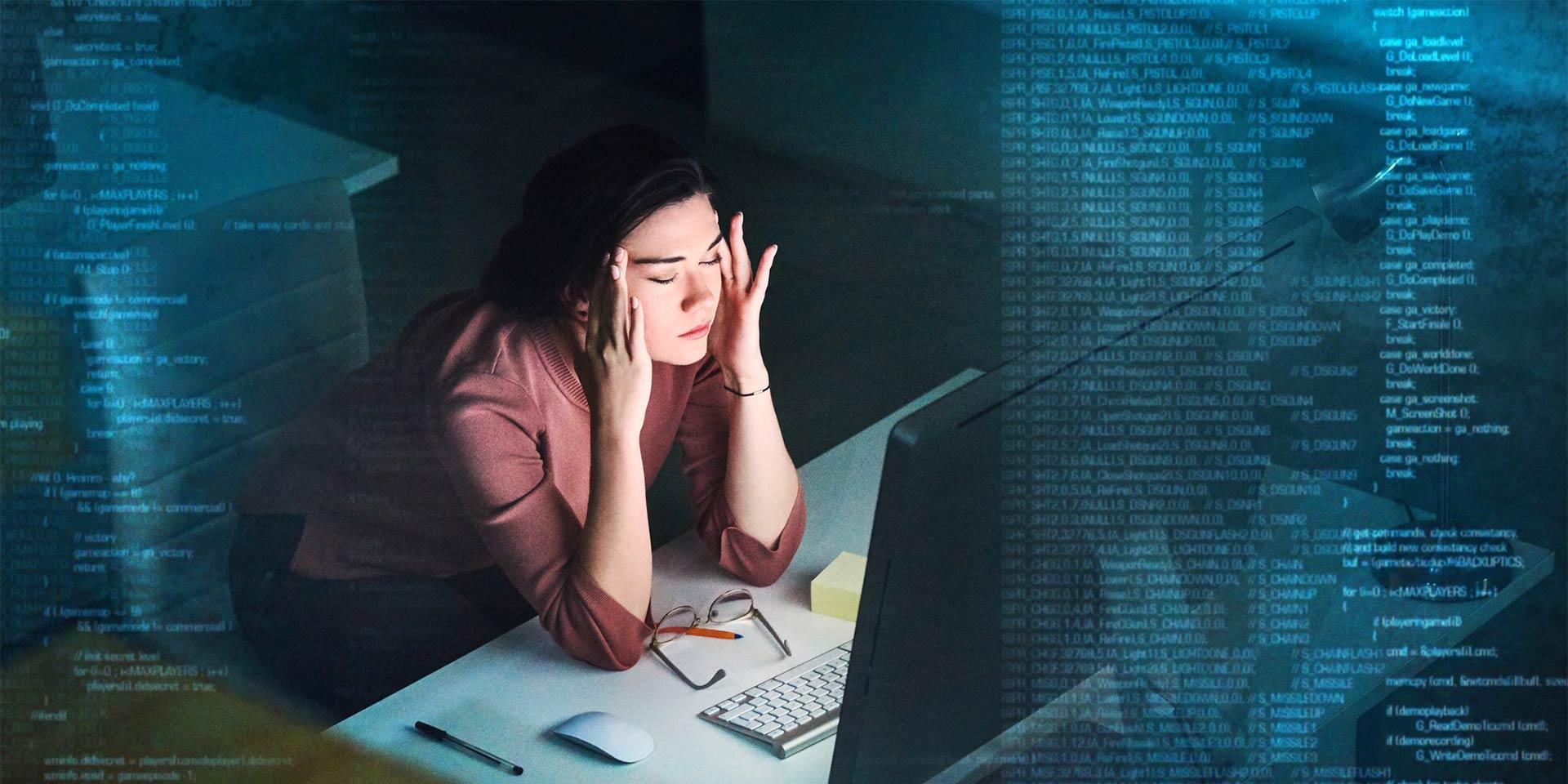 Frau arbeitet frustriert am Computer