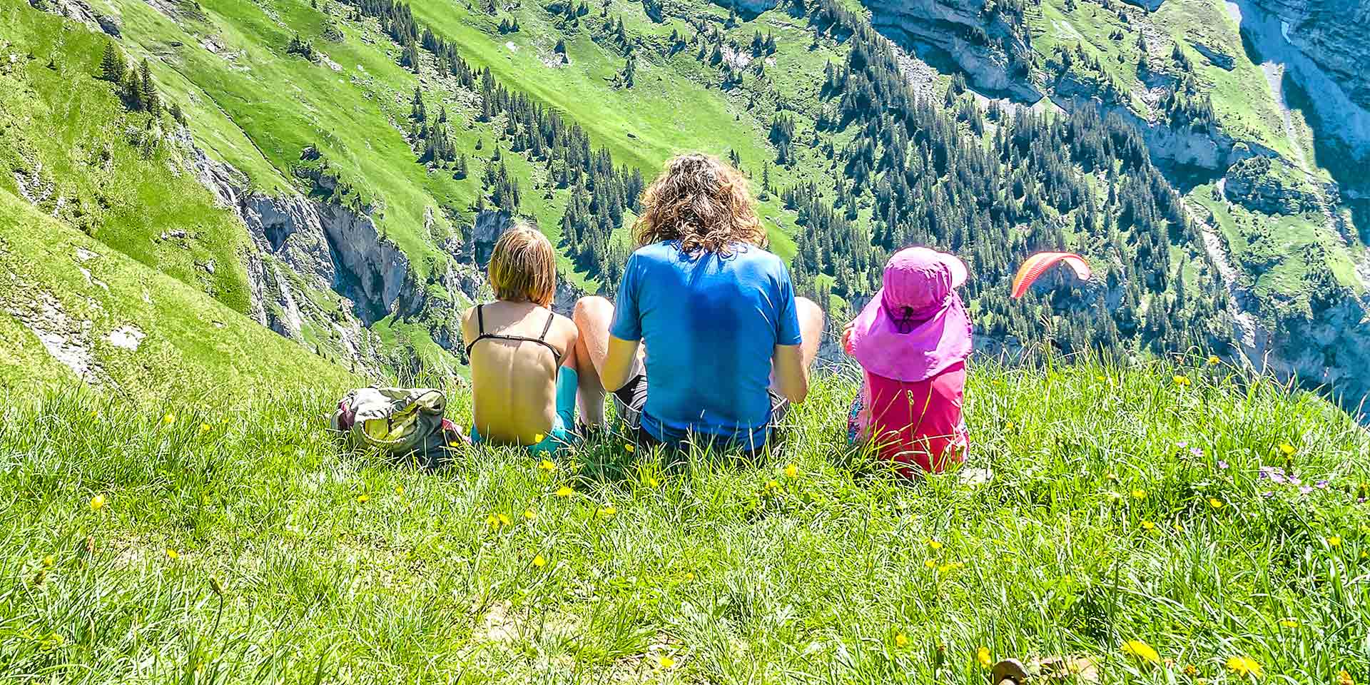 Familie geniesst Ausblick auf Berg